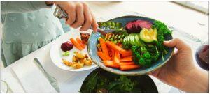servir alimentos no prato