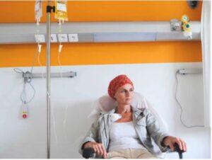 Sala de quimioterapia com uma paciente em tratamento