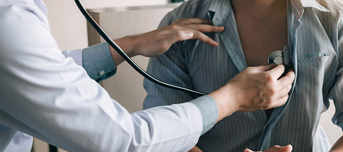 Tipos de colesterol - médico auscutando o coração de um paciente